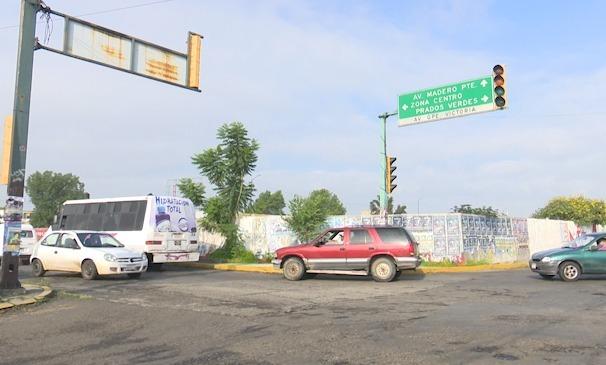 Un peligro para ciudadanos no poder cruzar la calle por semáforos descompuestos sobre Av. Guadalupe Victoria