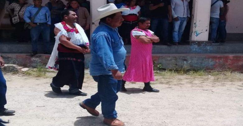 En México, visten a alcalde de mujer por no cumplir promesas