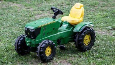 Niño de dos años se escapa a la feria en su tractor de juguete