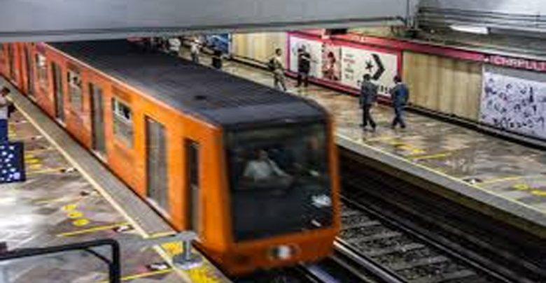 Abuelito se avienta a las vías del Metro y sobrevive