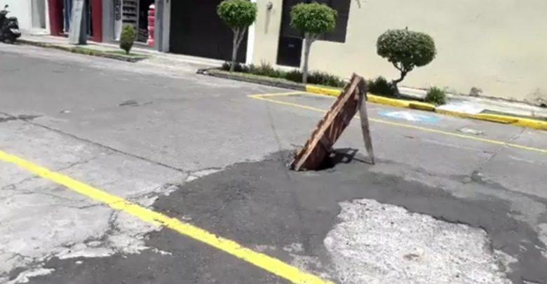 Gran bache invade la calle Río Tepalcatepec, vecinos piden solución