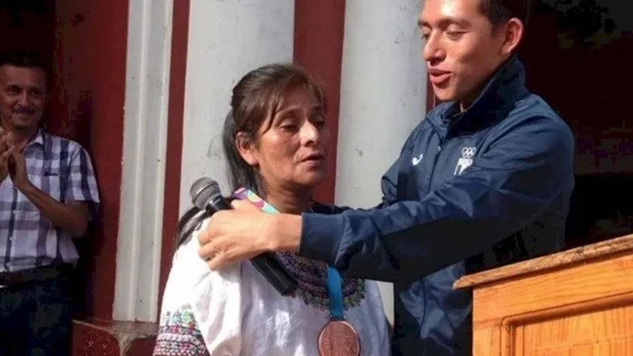 Atleta panamericano le da medalla a su madre, quien lo crió sola