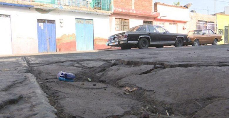Vecinos de la colonia Santiaguito, reclaman molestos la falta de atención a sus vialidades