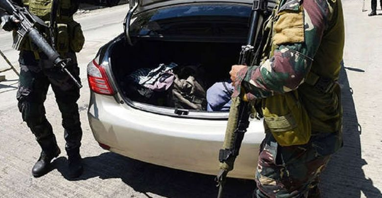 Arrestan a hombre que viajaba con el cadáver su esposa en la cajuela