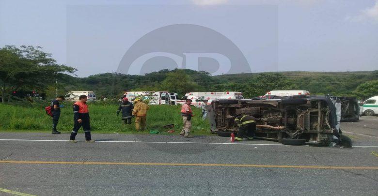 Dos muertos y 7 heridos en encontronazo entre una combi y un vehículo de turismo