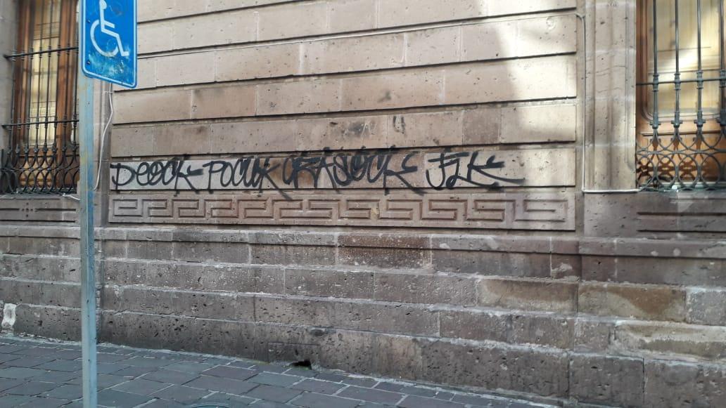 Por falta de vigilancia, cada día aparecen grafitis en el Centro Histórico, afirman ciudadanos