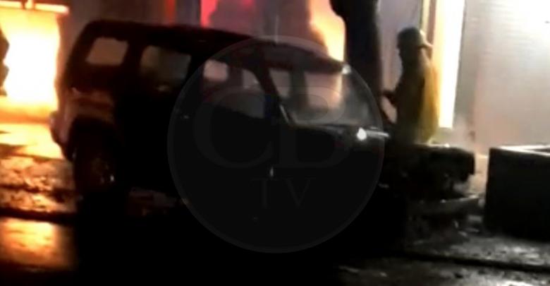 Camioneta termina calcinada por una falla en el sistema eléctrico