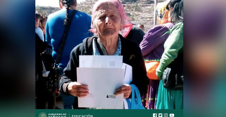 Mujer tarahumara de 81 años termina la primara y va por la secundaria