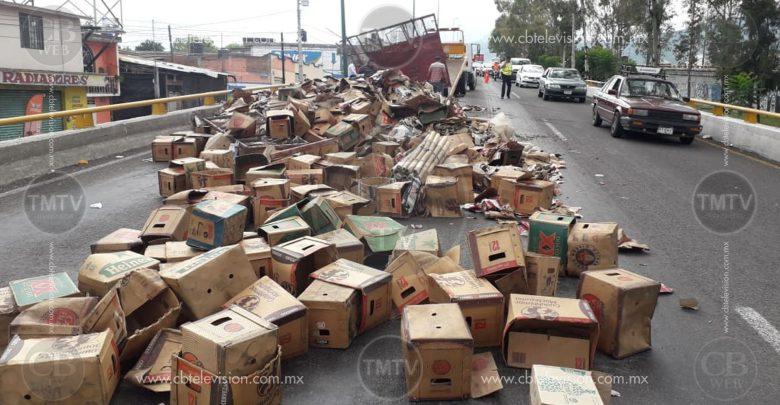 Vuelca remolque con cartón en el periférico norte de Morelia