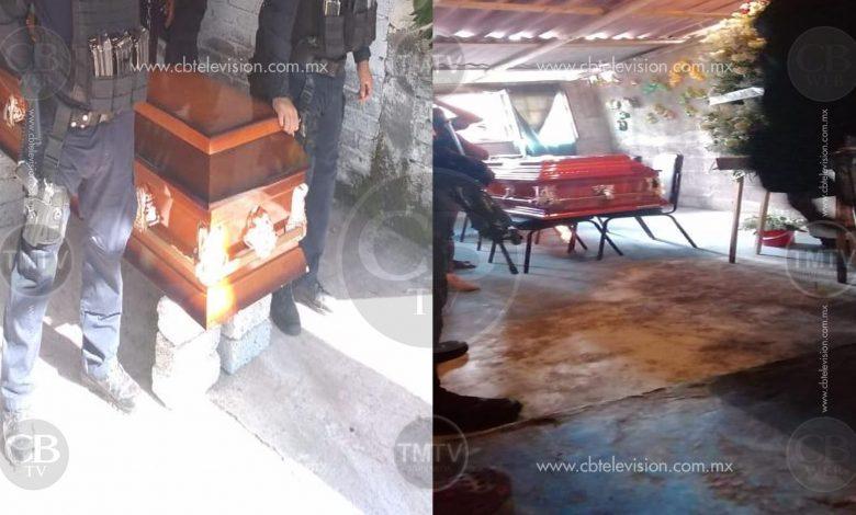 En precarias condiciones, sobre sillas y tabiques velan a policías caídos en Aguililla