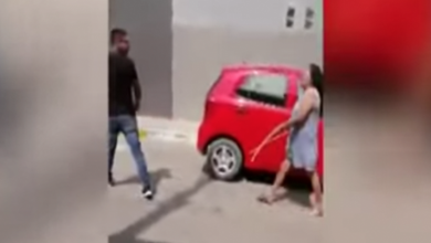 Photo of VIDEO: Madre golpea a su hijo en plena calle por infiel
