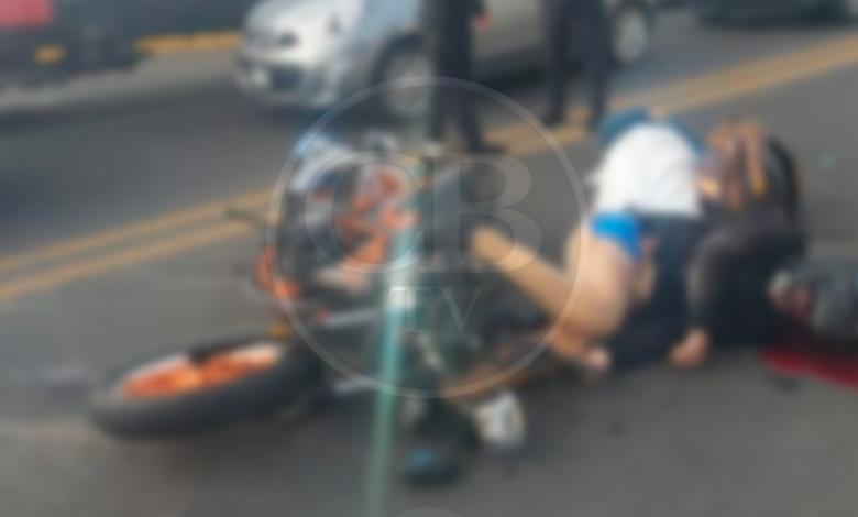 Derrapa motocicleta con matrimonio sobre Madero poniente; papá muere y sobreviven esposa e hija