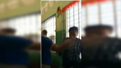 Photo of Video: Adolescente golpea a profesora en el aula y desatan zafarrancho