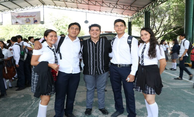 Toño Madriz participa en entrega de mil 039 Becas Benito Juárez a estudiantes de Bachillerato de Múgica