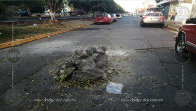 Photo of Piedras y escombro a mitad de la calle, en Calzada La Huerta