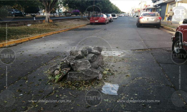Piedras y escombro a mitad de la calle, en Calzada La Huerta