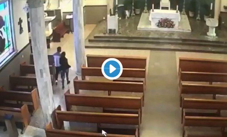 Video: Captan a pareja robándose la limosna de la iglesia