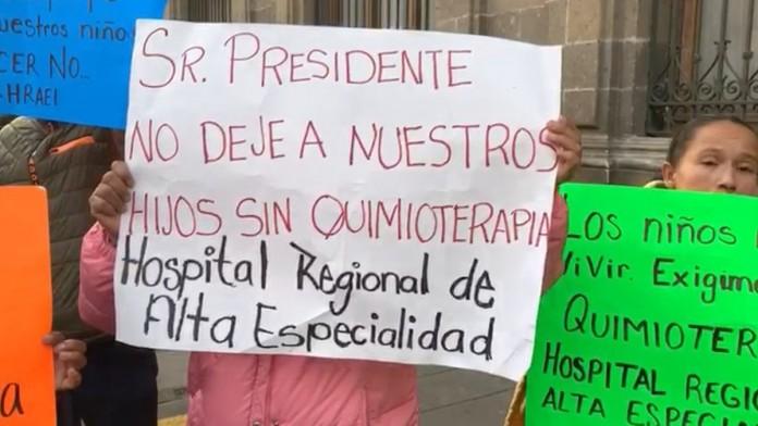 Mientras el Insabi asegura que sí hay medicamentos contra el cáncer, papás de niños se manifiestan en Palacio Nacional