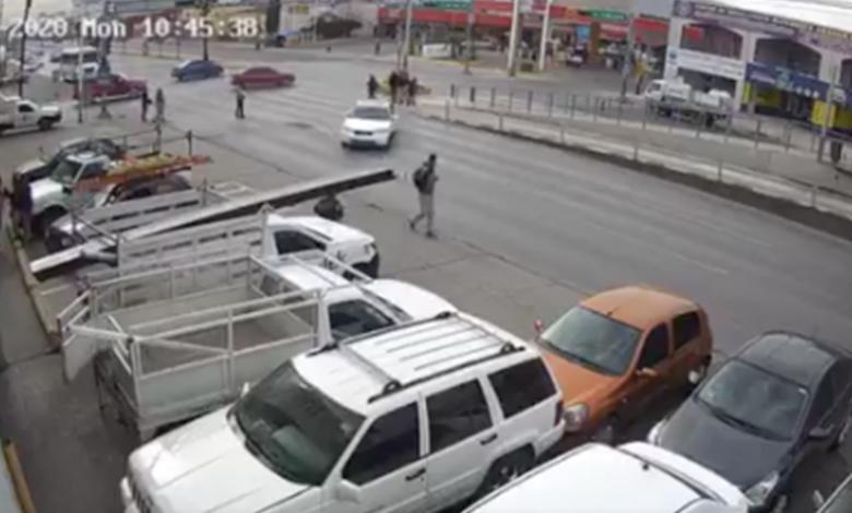 Fuertes imágenes: Conductor ignora semáforo y atropella a un hombre
