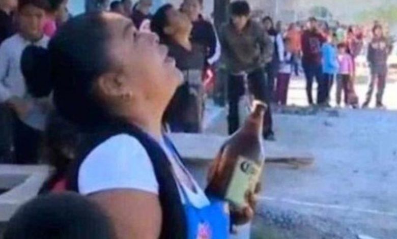 """Con """"caguama"""" en mano, mujer intenta evitar suicidio"""