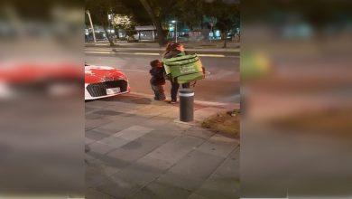Photo of Buscan a repartidora de Uber eats que entrega pedidos a pie junto a su hijito para regalarle una bici