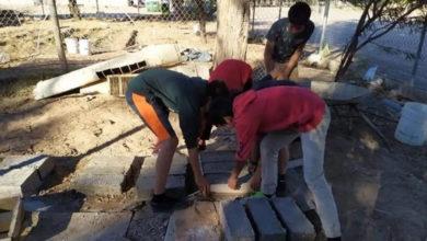 Photo of Con ladrillos de papel reciclado, alumnos construyen un cuarto a su compañero
