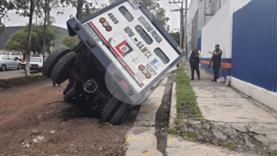 Photo of Camioneta de valores cae en zanja de Madero Poniente