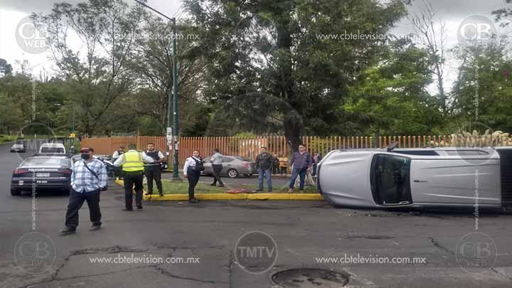Vuelca camioneta afuera del Zoológico de Morelia