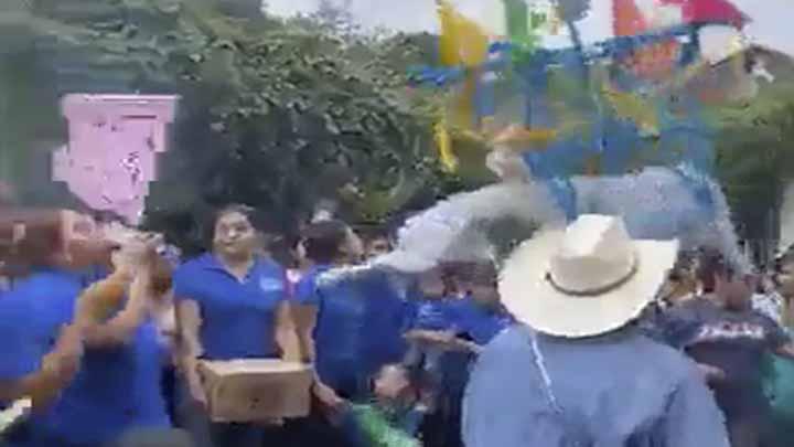 Habitantes de Atapan salen a bailar toro de petate