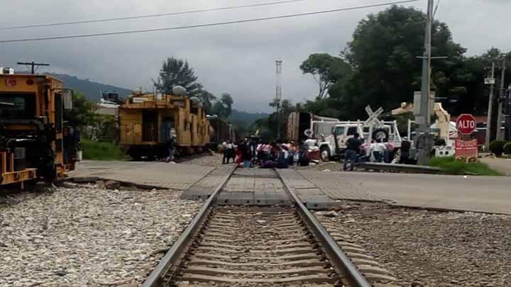Normalistas bloquean vías férreas en Uruapan