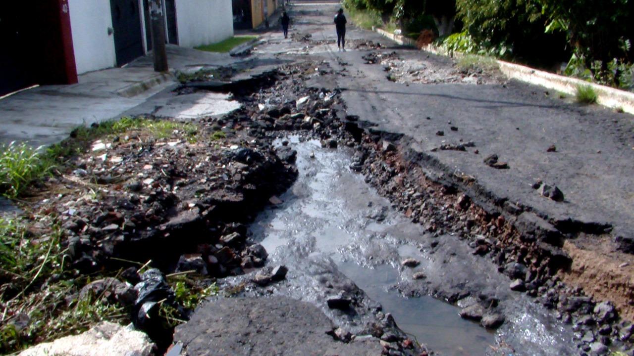Calle queda destrozada por fuertes lluvias; Fraccionamiento Defensores de Puebla