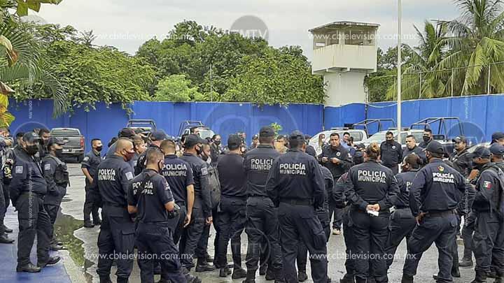 Policías de Lázaro Cárdenas a paro, exigen la destitución del director