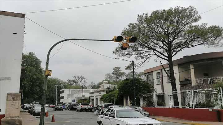 Luces de semáforos a punto de caer
