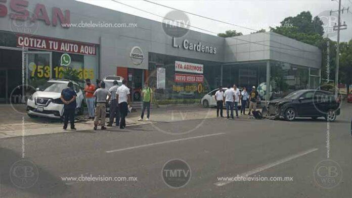 Tractocamión se da a la fuga tras golpear dos autos de agencia en LC