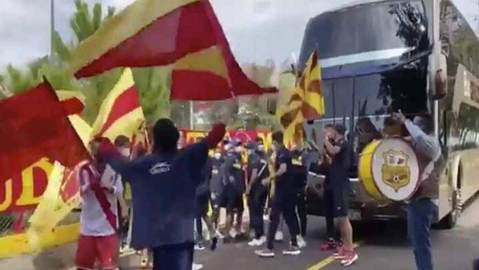 Aficionados del Atlético Morelia, despiden al club en su viaje rumbo a Oaxaca