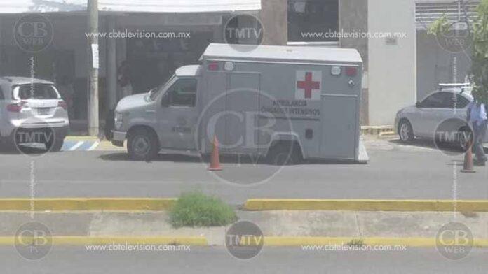 Socavón atrapa a una ambulancia de la SEMAR