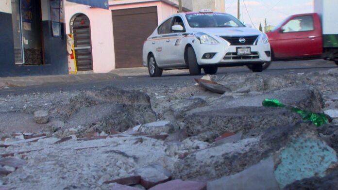 Vecinos molestos por el mal estado de las calles en la colonia Villas Del Real
