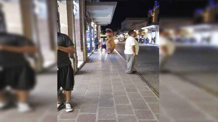 Captan a Dinosaurio caminando en las calles de Morelia