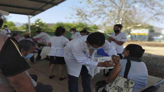 Aguililla y Churumuco arrancan vacunación contra Covid-19 en adultos mayores