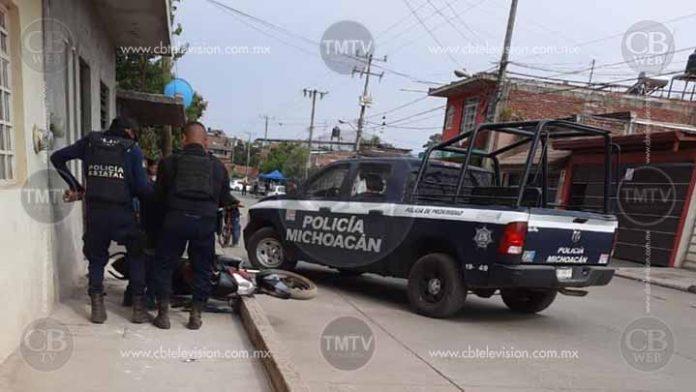 Policía Michoacán atropella, golpea y esposa a un motociclista en Uruapan
