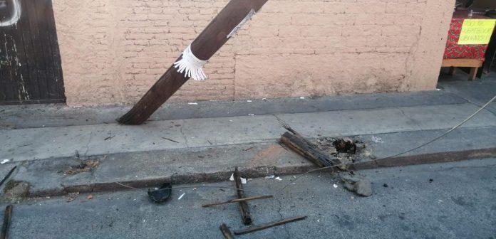 A punto de colapsar poste de Telmex en la colonia Independencia