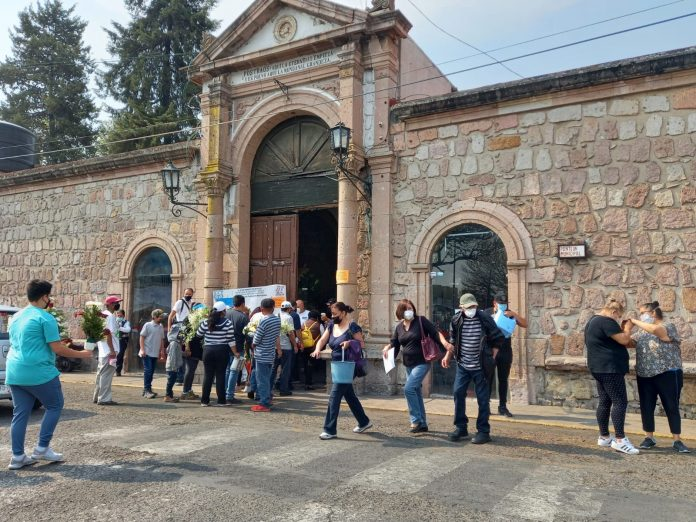 Previo al 10 de Mayo, ciudadanos acuden a panteones en Morelia