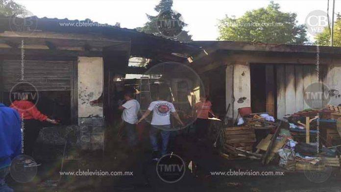 Se queman locales de artesanías en Quiroga