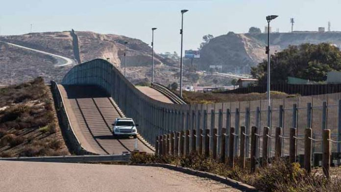 Encuentran a niña de 5 años vagando por la frontera de Estados Unidos con México