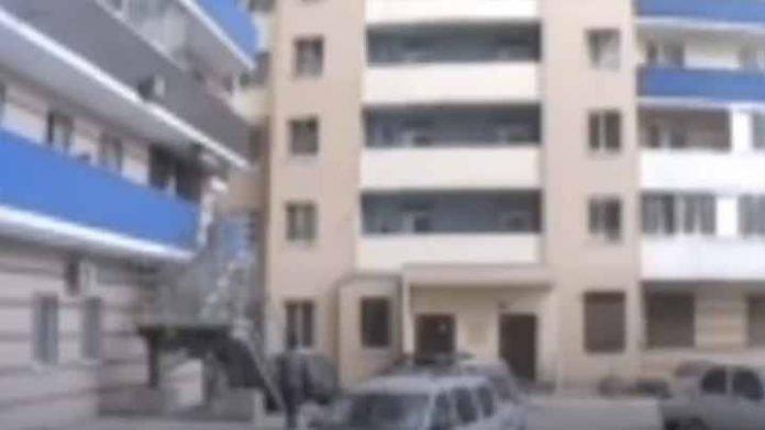 Mujer cargaba a su hija sobre su balcón para que dejará de llorar, se le cae y muere