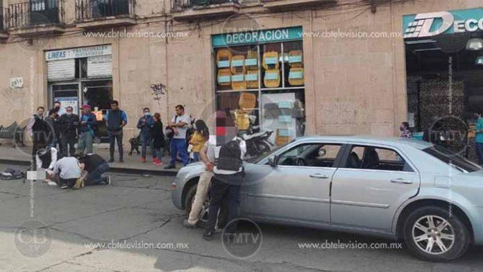 Auto embiste a una mujer en el centro de Morelia