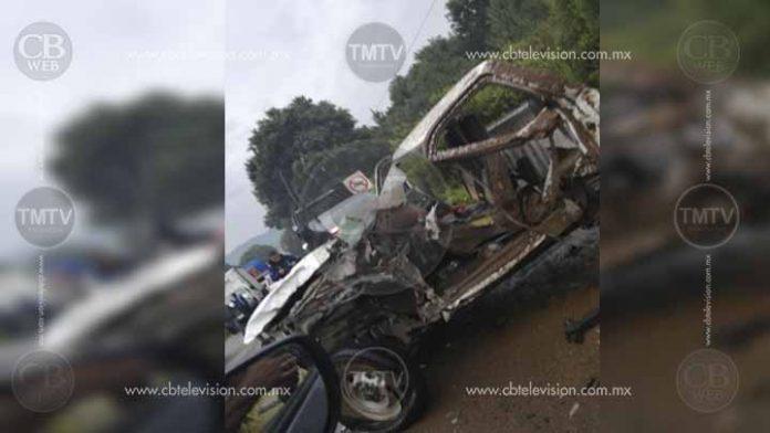 Choca su camioneta con un camión y muere en la Carapan-Uruapan