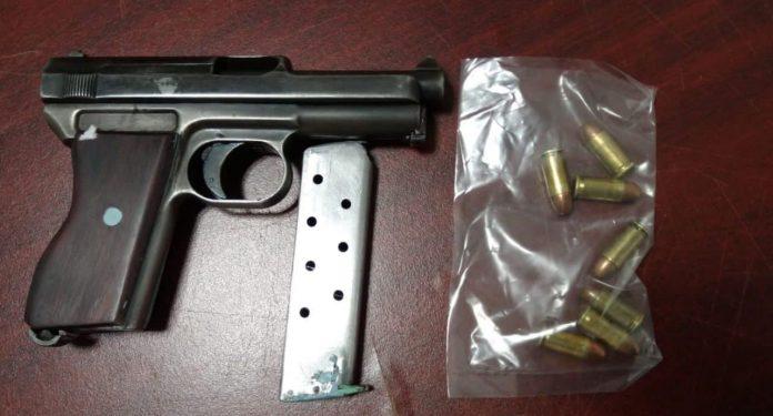 Caen dos con un arma de fuego, cartuchos y droga