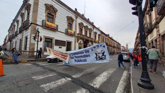 Maestros estatales protestan en el Congreso Local por retraso en el pago de la quincena 13 del 2021