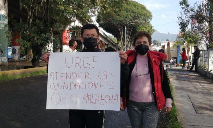 Mala obra en Av. Madero genera inundaciones en la Colonia Tres Puentes; vecinos se manifiestan